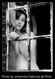 Imagem: Mulher na janela